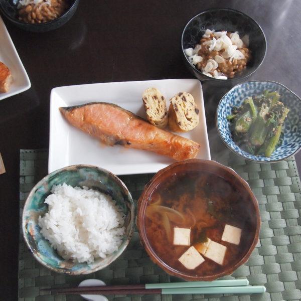 焼き鮭と豆腐の赤だし 朝ごはん